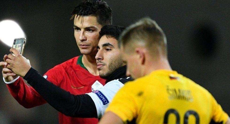 Cristiano Ronaldo | Un hincha entró a la cancha y se sacó selfie con CR7 | FOTO