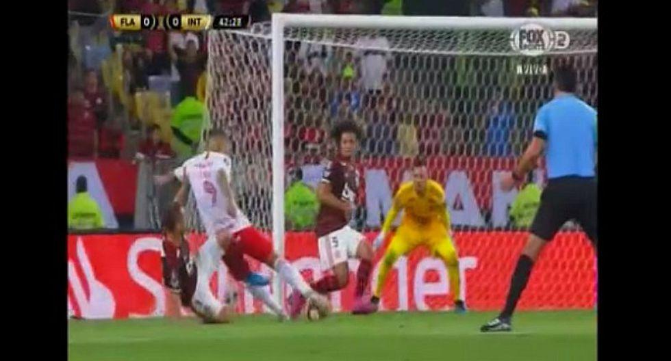 Internacional vs. Flamengo | Paolo Guerrero reclamó penal tras entrada de Everton y Odair Hellmann estalló | VIDEO